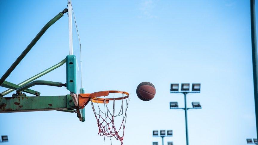 Piłka do koszykówki wpadająca do kosza