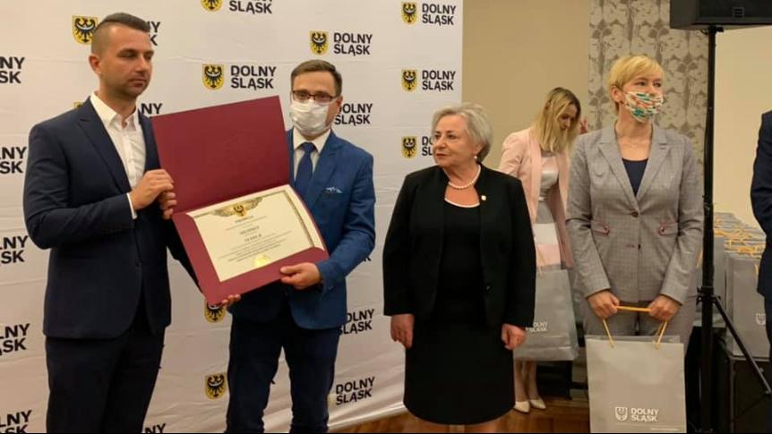 Wręczenie promesy. Zdjęcie: FB, Marcin Krzyżanowski - Wicemarszałek Województwa Dolnośląskiego