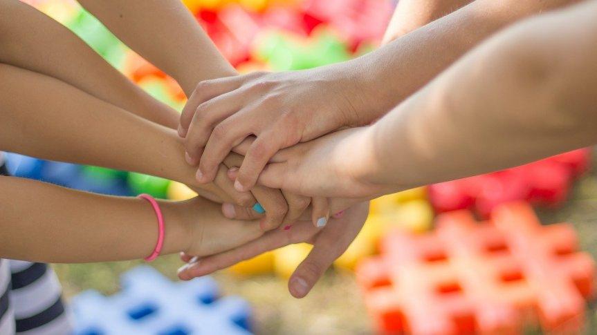 Splecione ręce dzieci